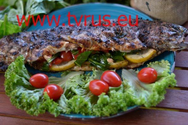 запечённая рыба со свежим салатом