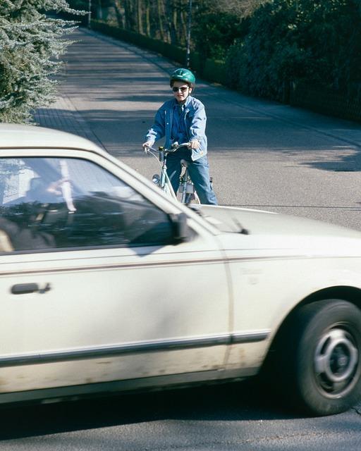 велосипедист и машина