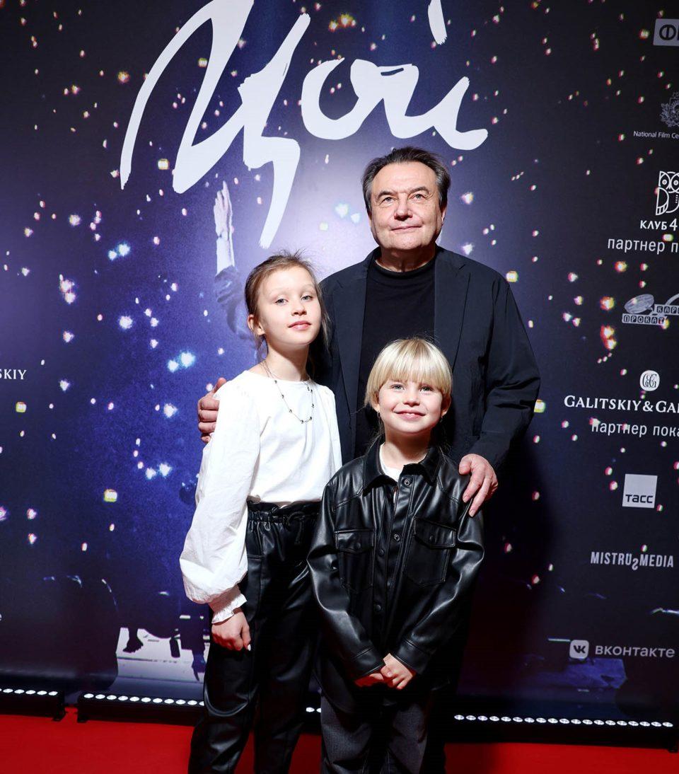 Алексей Учитель с дочерьми