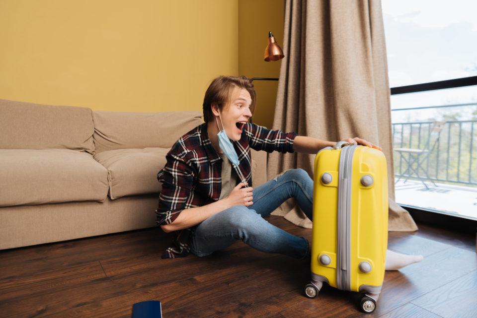 парень с чемоданом